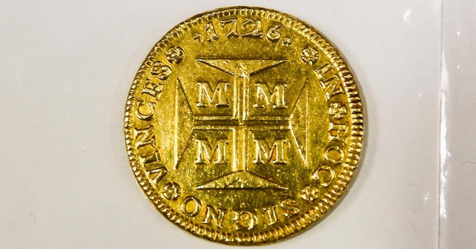 A moeda de 20 mil réis, também chamada de dobrão, é a maior moeda de ouro que já circulou no Brasil. Ela pesa 53,8 gramas e data de 1726, época em que o nosso país ainda era colônia de Portugal. É vendida por R$ 35 mil