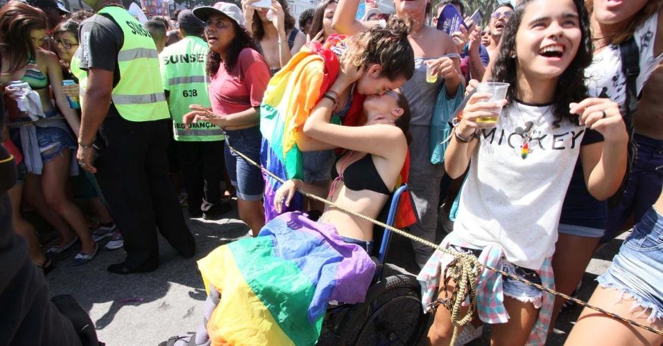11.dez.2016 - Participantes da 21ª Parada do Orgulho LGBT do Rio de Janeiro se beijam na orla de Copacabana, zona sul da cidade