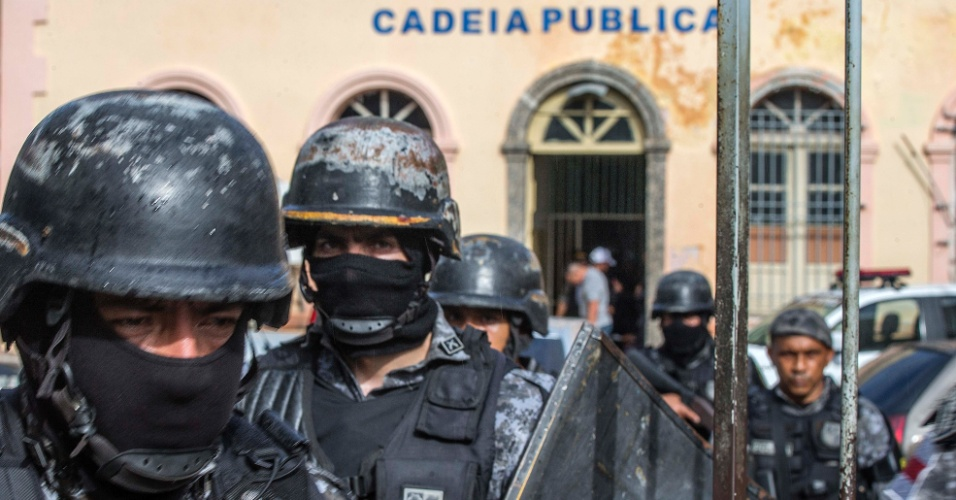 4.jan.2017 - Policiais reforçam segurança em frente à cadeia pública no centro de Manaus, que foi reativada para receber detentos transferidos do Compaj, onde 56 presos foram mortos durante rebelião