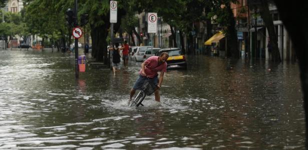 Homem tem dificuldade para se locomover com sua bicicleta pela rua antonio Mendes Campos, na Glória