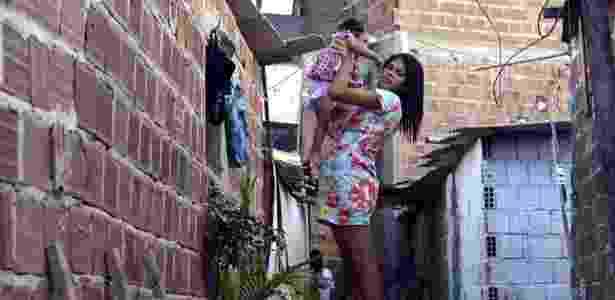 Pauliana da Silva Souza, de 17 anos, recepcionista mãe de Agatha, diagnosticada com microcefalia, moradora de Recife, Pernambuco - Léo Caldas/ Estadão Conteúdo