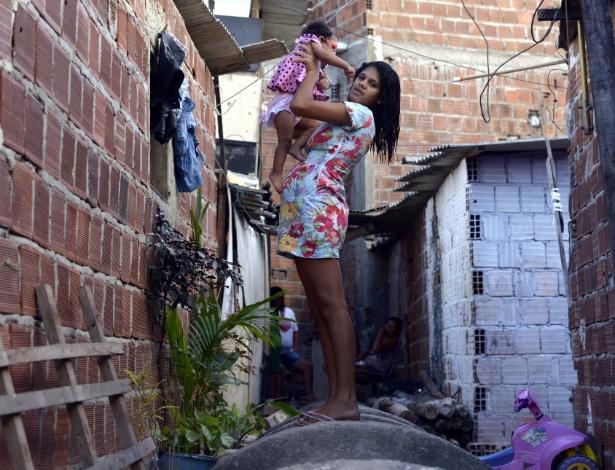 Pauliana da Silva Souza, de 17 anos, recepcionista mãe de Agatha, diagnosticada com microcefalia, moradora de Recife, Pernambuco