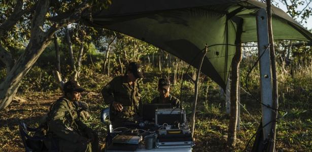 Membros das Farc em uma das zonas de transição para voltar à vida civil, perto de La Paz, na Colômbia