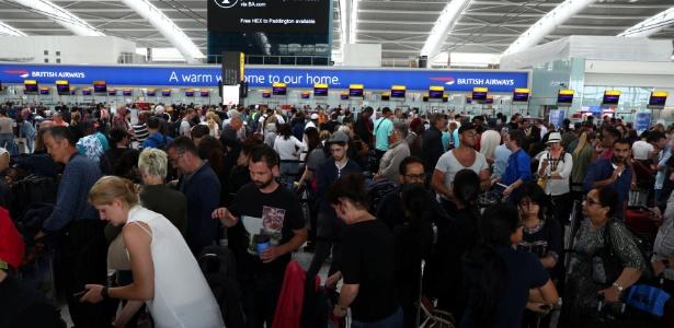 28.mai.2017 - Passageiros esperam para fazer o check-in no Terminal 5 de Heathrow, em Londres