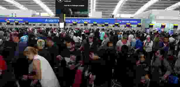28.mai.2017 - Passageiros esperam para fazer o check-in no Terminal 5 de Heathrow, em Londres - Neil Hall/Reuters