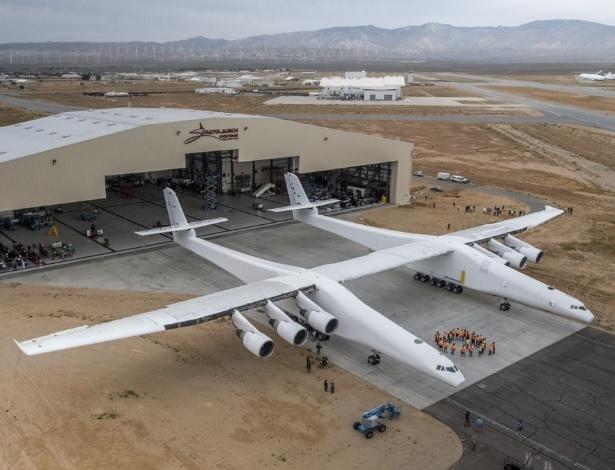 Maior avião do mundo tem duas fuselagens, unidas por uma asa de 117 metros