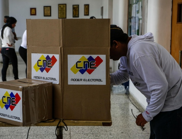 Pessoa deposita seu voto na eleição da Assembleia Constituinte em Caracas