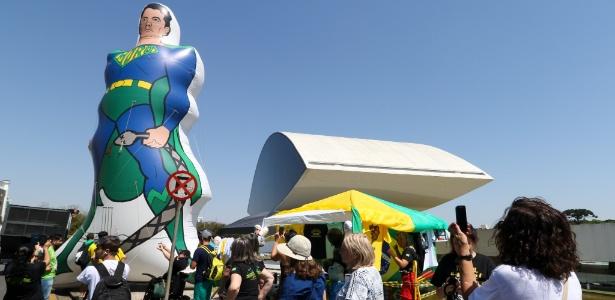 Manifestantes inflam boneco gigante representando o juiz Sergio Moro