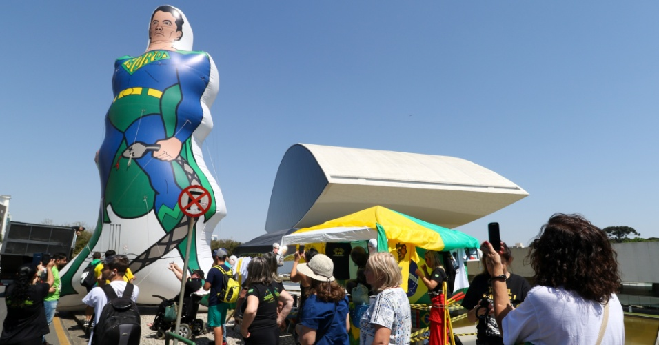 13.set.2017 - Manifestantes inflam boneco gigante representando o juiz Sergio Moro em roupa de super-herói em ato em apoio à Operação Lava Jato em frente ao museu Oscar Niemeyer, em Curitiba, no dia do segundo depoimento do ex-presidente Luiz Inácio Lula da Silva Lula