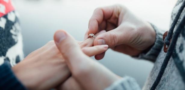 Um pedido de casamento inusitado foi feito por um americano alérgico a amendoim à namorada enfermeira
