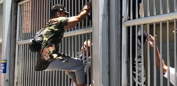 Suposto candidato do Enem tenta pular a grande de campus da Uninove, em São Paulo - Leonardo Martins/UOL