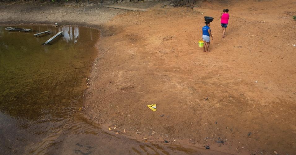 Sem água encanada, famílias inteiras atravessam longos trechos para tomar banho, lavar roupas e utensílios domésticos