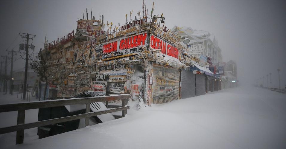 4.jan.2018 - Neve cobre calçada em Ocean City, Maryland, nos EUA