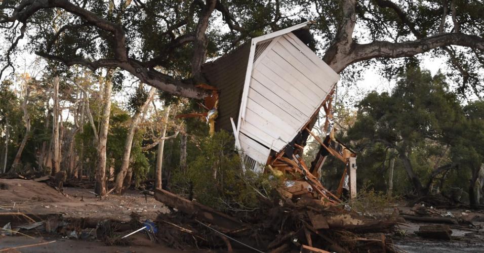 10.jan.2018 - Casa de madeira fica presa junto a uma árvore, após ser carregada por deslizamento em Montecito, na Califórnia