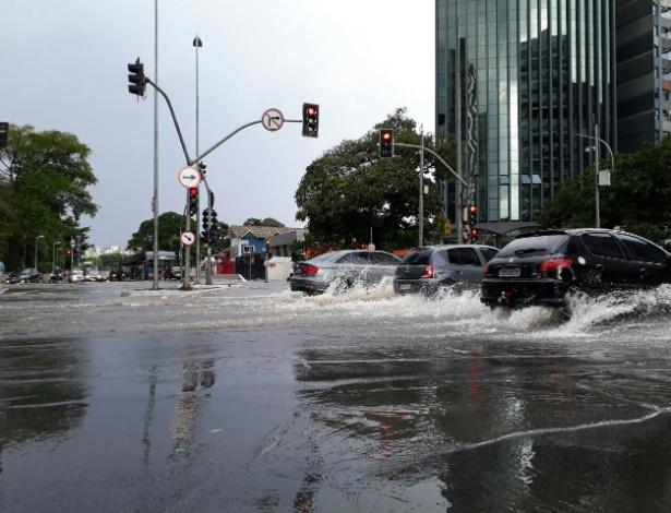 Carros trafegam em meio a vias alagadas na região da avenida Faria Lima (zona oeste)