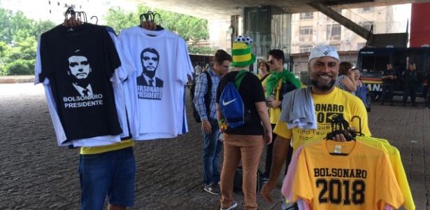 24.jan.2018 - O ambulante Djalma Rocha lucrou com a venda de camisetas do Bolsonaro