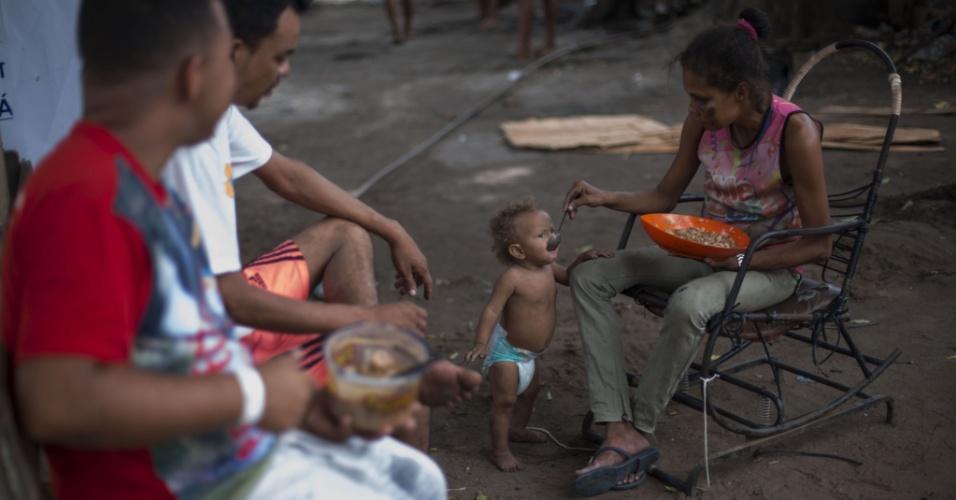 24.fev.2018 - Refugiada venezuelana alimenta seu filho em um abrigo para refugiados em Boa Vista, Roraima