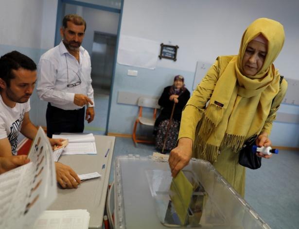 Mulher deposita seu voto em sessão de Istambul nas eleições presidencial e parlamentar  - Umit Bektas/Reuters