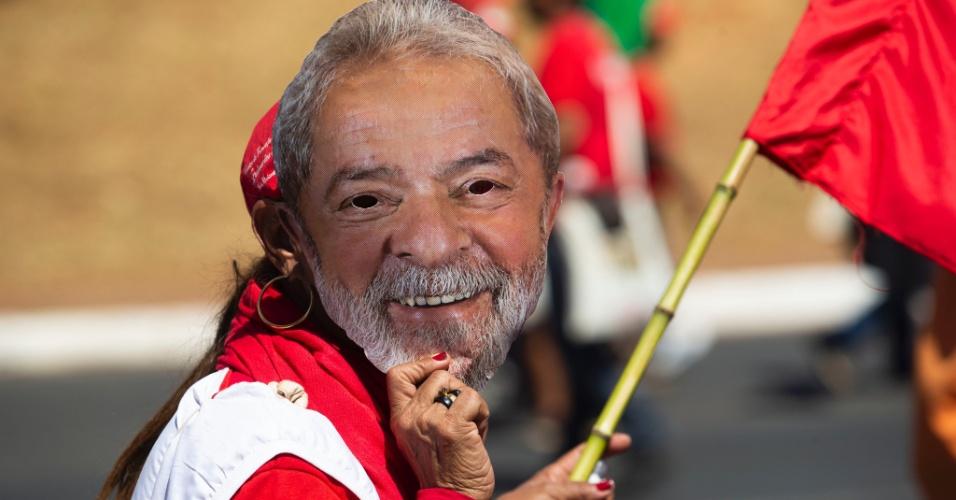 14.ago.2018 - Protesto organizado pelo MST tem máscaras com o rosto do ex-presidente Luiz Inácio Lula da Silva em Brasília