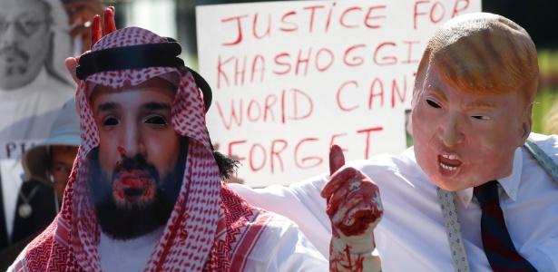 Ativistas protestam em frente à Casa Branca, em Washington, contra o assassinato do jornalista saudita Jamal Khashoggi usando máscaras de Mohammad Bin Salman (esq) e Donald Trump (dir)