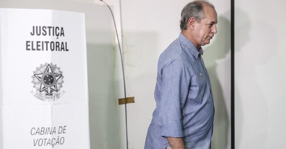 28.out.2018 - O ex-ministro Ciro Gomes (PDT), candidato derrotado à Presidência da República no primeiro turno, disse neste domingo, ao votar, em Fortaleza, que fará oposição a qualquer um que se eleger