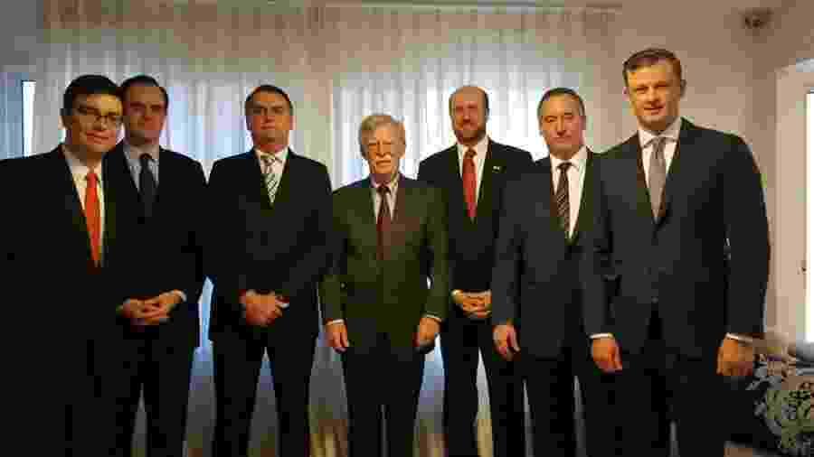Bolsonaro posa para foto ao lado do assessor de Segurança Nacional dos Estados Unidos, John Bolton - Divulgação