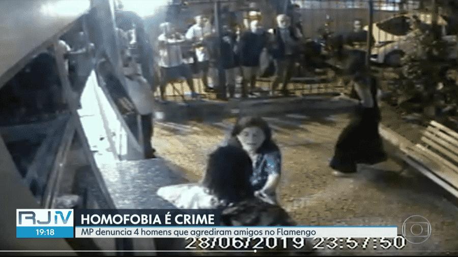 Câmeras de segurança do prédio de João Pedro mostra o momento em que ele é agredido por 4 homens; amigos tentaram intervir - Reprodução/RJTV