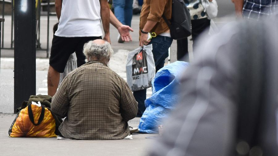 Homem em situação de rua na avenida Paulista, em São Paulo - Roberto Casimiro/Fotoarena/Estadão Conteúdo