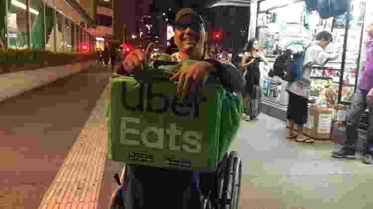 Um dos objetivos de Luciano é conseguir equipamento para que cadeira de rodas se torne uma espécie de triciclo, para ajudá-lo nas entregas - Vinícius Lemos/BBC News Brasil - Vinícius Lemos/BBC News Brasil