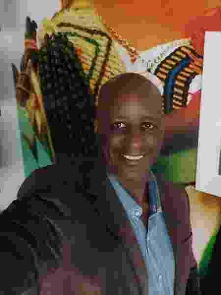 Sérgio Camargo, presidente da Fundação Palmares, posa ao lado de foto do presidente Jair Bolsonaro (sem partido) - Reprodução/Facebook - Reprodução/Facebook