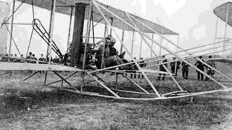 Thomas Etholen Selfridge e Orville Wright a bordo do avião momentos antes da decolagem - Reprodução - Reprodução