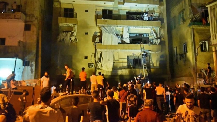 Bombeiros evacuam prédio após explosão de tanque de combustível em Beirute, no Líbano - AFP