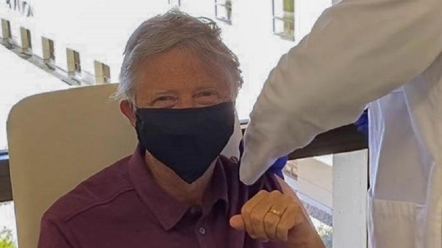 """Bill Gates também agradeceu aos """"cientistas, voluntários em testes, reguladores e profissionais da saúde na linha de frente"""" - Reprodução/Twitter"""