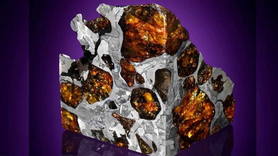 Substância extraterrestre que é parte do meteorito Fukang, encontrado nas montanhas perto de Fukang, na China, no ano 2000 - Christies/Reprodução