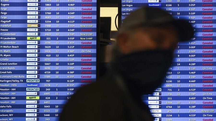 Homem caminha no aeroporto de Denver, nos Estados Unidos - 13.mar.2021 - Michael Ciaglo/Getty Images via AFP