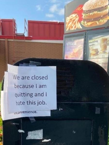 """Imagem da placa de demissão de funcionário do McDonald""""s - Reprodução/Twitter/@GreatApeDad"""