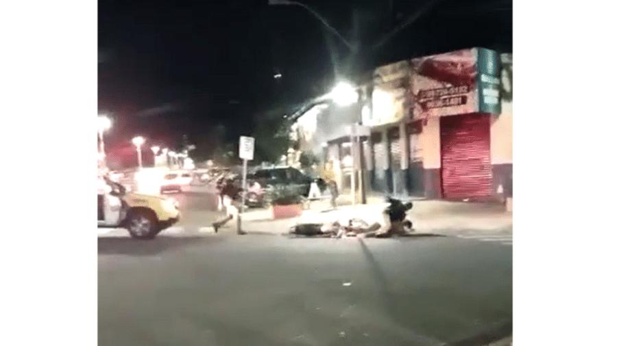 Policiais são investigados por voadora em abordagem - Reprodução de vídeo