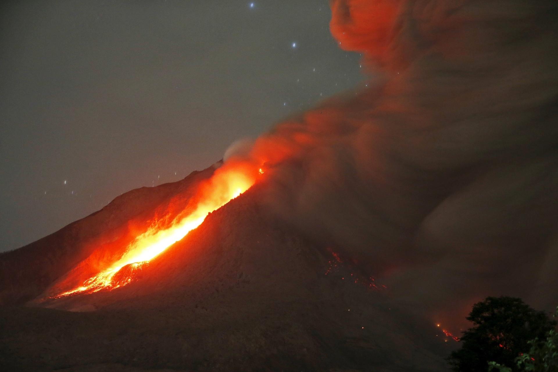 26.jun.2015 - Vulcão Sinabung expele lava e cinzas durante a madrugada no norte de Sumatra, na Indonésia. Mais de 10 mil pessoas, de 12 vilas próximas ao vulcão, foram retiradas de suas casas e levadas para abrigos