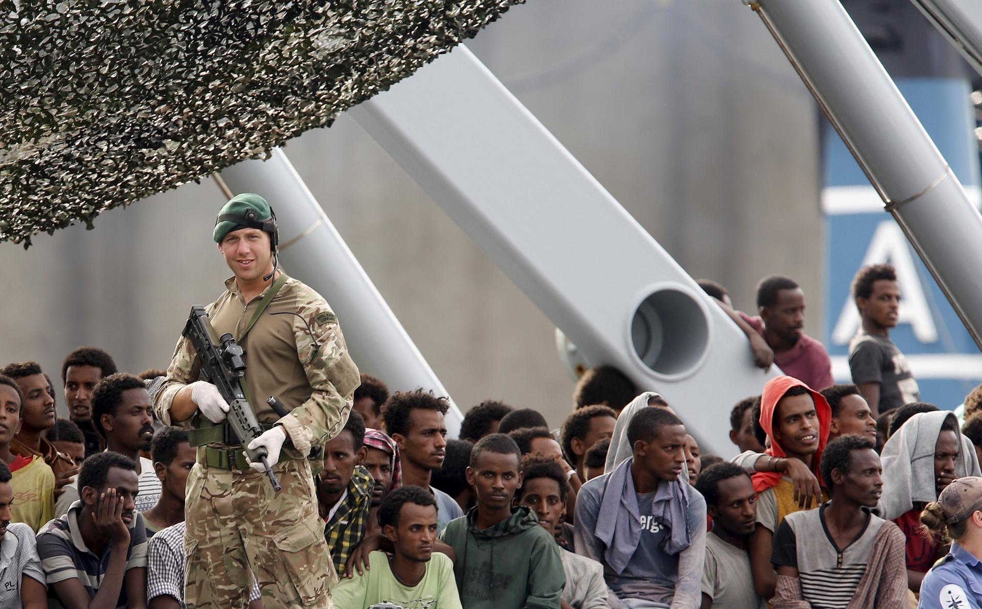 6.out.2015 - Imigrantes viajam em navio militar britânico rumo a Catânia, na Sicília, Sul da Itália. A Guarda Costeira italiana diz ter resgatado quase 2 mil imigrantes do Mar Mediterrâneo em 24 horas. Segundo o FMI, refugiados pesam no orçamento europeu, mas impulsionarão crescimento