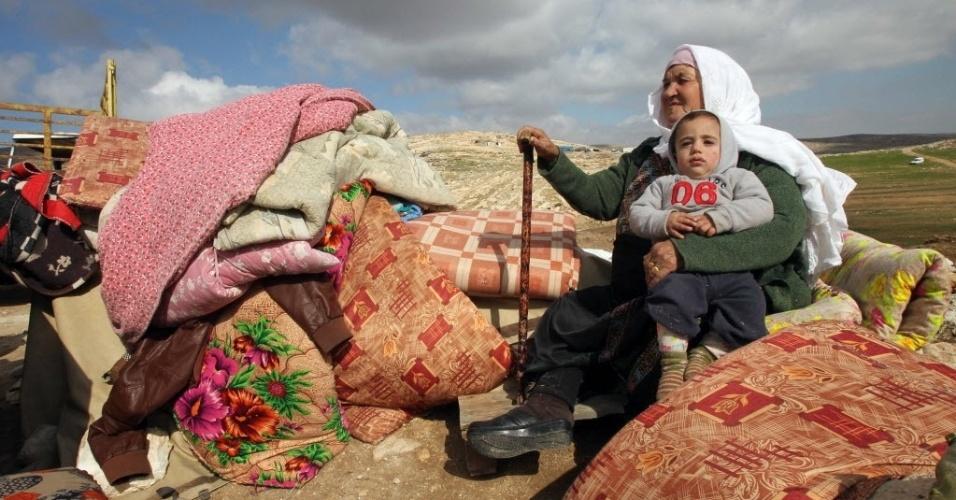 2.fev.2016 - Uma mulher palestina se senta com uma criança ao lado de itens recuperados a partir dos restos da casa onde morava, após a demolição feita pelo Exército israelense, em Hebron, na Cisjordânia. O Exército declarou a região uma zona militar nos anos 80 para impedir a expansão de população palestina e em 1999 exigiu que seus moradores a abandonassem. Desde então, o assunto está nos tribunais israelenses, que após fortes pressões nacionais e internacionais, sobretudo por parte de um grupo de intelectuais de renome, pediram às partes uma mediação para resolvê-lo. Segundo ativistas, as demolições estão deixando sem casa dezenas de pessoas