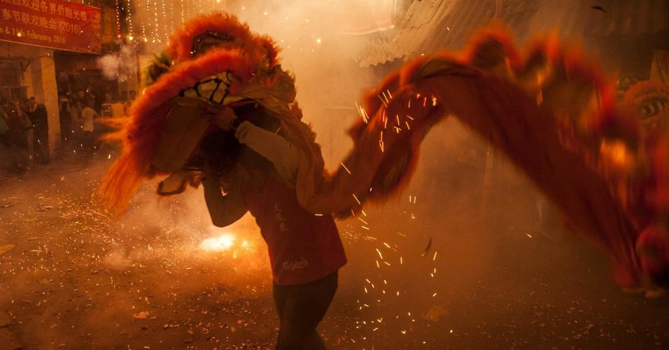 8.fev.2016 - Jovens chineses celebram a chegada do Ano Novo lunar na cidade indiana de Calcutá. Por causa das diferenças entre calendários solar (como o Gregoriano) e lunar (como o chinês), o Ano Novo Lunar acontece em diferentes datas a cada ano