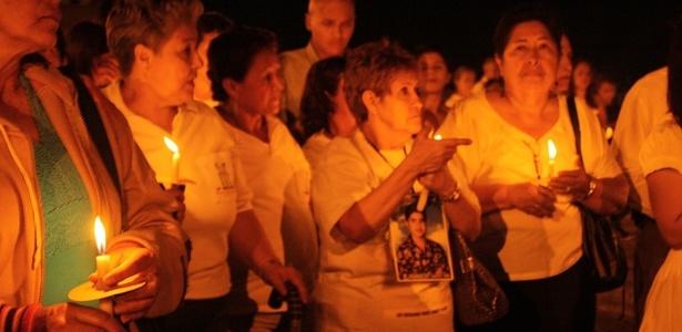 Com a foto de seu filho, Teresita Gaviria (centro) faz vigília com vítimas da guerrilha