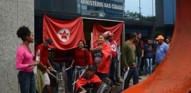 Integrantes do Movimento Frente Nacional de Luta no Campo e Cidade ocupam sede do Ministério das Cidades, em Brasília; lixeiras e vidraças foram quebradas
