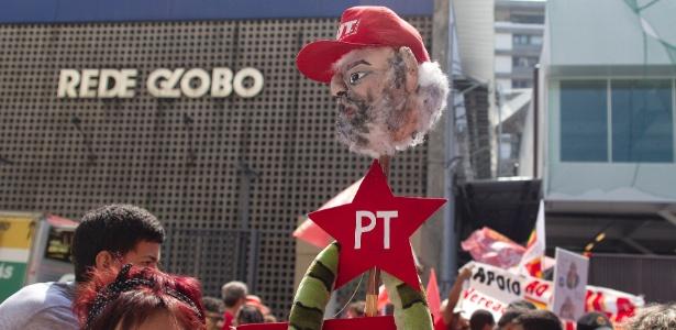 Manifestantes pró-Lula protestam em frente à TV Globo, no Rio - Paulo Campos/Estadão Conteúdo