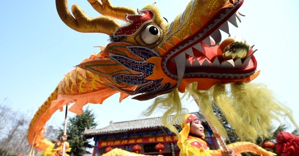 10.mar.2016 - Pessoas fantasiadas realizam dança do dragão durante o festival Longtaitou, em Bozhou, no leste da China. A festa celebra o segundo dia do segundo mês do calendário lunar