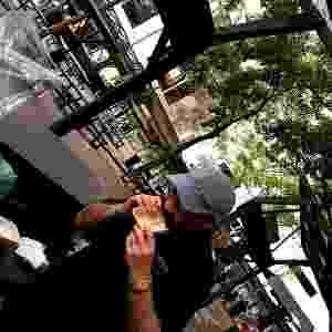 O chef Renato Caleffi, do restaurante Le Manjue, come uma bandeja feita com fécula de mandioca; a fabricante OKA Bioembalagens, criada em 2013, também faz peças com outras fibras naturais (cana, bambu e arroz) que podem ser transformada em compostagem ou em ração para animais - Divulgação