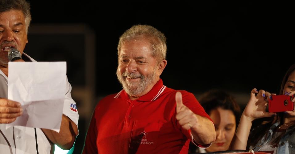 4.abr.2016 - O ex-presidente Luiz Inácio Lula da Silva gesticula para manifestantes durante um ato em defesa do mandato da presidente Dilma Rousseff em São Bernardo do Campo, no ABC paulista. O evento acontece em frente à sede do Sindicato dos Metalúrgicos