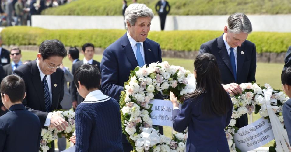 11.abr.2016 - O secretário de Estado americano, John Kerry (ao centro) participa de cerimônia em Hiroshima, no Japão, em homenagem às vítimas do ataque atômico dos EUA sobre a cidade em 1945
