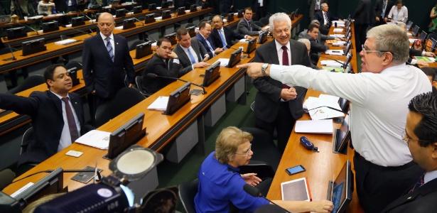 Os deputados Carlos Marun (dir.) e Orlando Silva (PCdoB-SP, sentado, à esq.) discutem no começo da sessão da comissão nesta segunda-feira - Ailton Freitas/O Globo