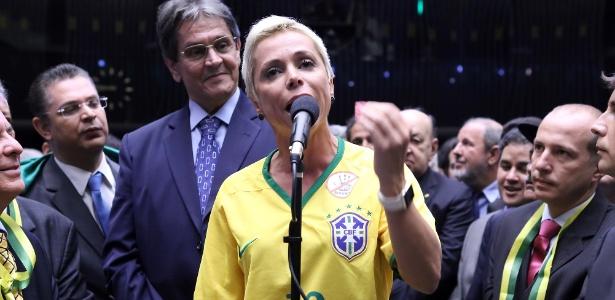 17.abr.2016 - Filha de Roberto Jefferson, uma das maiores figuras do mensalão, a deputada Cristiane Brasil (PTB-RJ) citou o pai ao justificar o voto favorável ao impeachment da então presidente Dilma Rousseff em 2016
